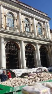 Un edificio ancora in fase di ricostruzione.